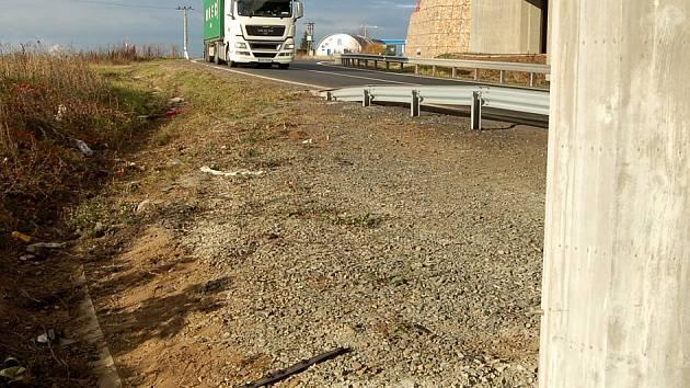Místo, kde se nehoda odehrála. Auto vyjelo ze silnice zhruba v místech, kde projíždí kamion, narazilo do sloupu vpravo a převrátilo se.
