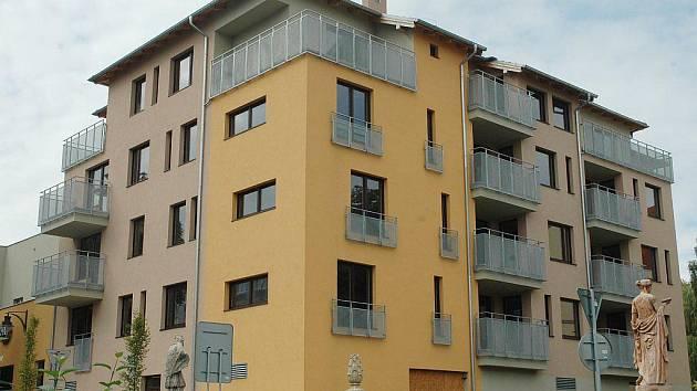 V Rezidenci Chomutovka, hned vedle místní říčky, už má svůj byt koupený jedenáct lidí. Šanci má ještě deset zájemců. Byty mají netradiční rozměry a developeři je dělali jejich budoucím vlastníkům na míru.