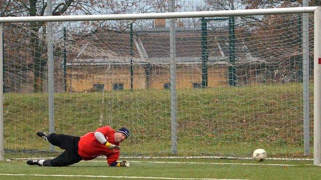 Rozhodující moment celého utkání. Gólman AFK LoKo Chomutov Zdeněk Prášil se marně natahuje po míči. Údlice dávají z penalty jediný gól zápasu.