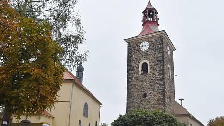 Kostel sv. Mikuláše a jeho odděleně stojící zvonice s obecním úřadem.