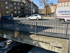 Most přes Chomutovku v chomutovské Riegrově ulici v pátek dopoledne uzavřou. Kontrola totiž odhalila, že je v havarijním stavu