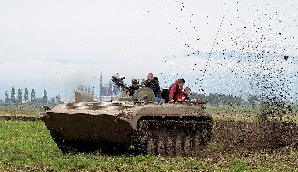 Vojáci ze Žatce předváděli techniku.