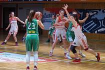 Utkání basketbalistek Chomutova (v bílém) proti Brnu