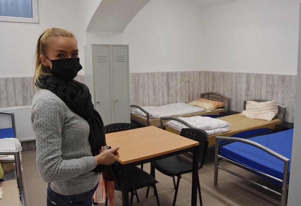 V mužské ložníci je šest lůžek. Na snímku je vedoucí pracovnice pro nízkoprahové denní centrum a noclehárnu Ivona Lodeová.
