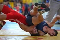 ŠTĚPÁN TOMAN (na snímku dole) je v současné době jednou z největších nadějí chomutovského zápasnického klubu v kategorii kadetů. Z Franfurktu nad Odrou přivezl zlato také díky tomuto chvatu.