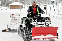 Sněhu dost a trasa je profesionálně upravená. Stačí vyrazit a užít si krásy jezera i v zimě.