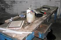 V nezabezpečeném areálu se volně povalují chemikálie.