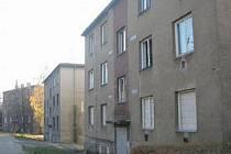 PUSTO A PRÁZDNO. Vybydlené domy ve slepém výběžku z Dostojevského ulice. Dva z nich (ten nejblíže a nejdál) mají statiku v havarijním stavu. Do dvou let tu snad budou znovu bydlet lidé.