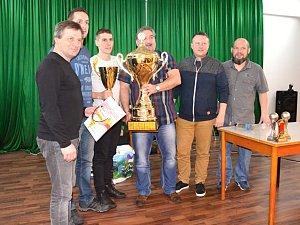 Zástupci vítězného týmu I.ligy LoKo Chomutov si přebírají od Jiřího Kupce pohár pro vítěze.