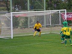 Obránci Podbořan (ve žlutém) neuhlídali při trestňáku Rostislava Brouma (č. 3), který hlavičkou vsítil první gól.