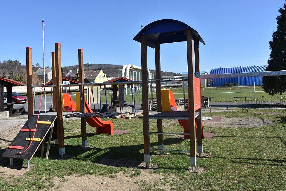 U sportovního areálu v Málkově obnovili dětské hřiště.