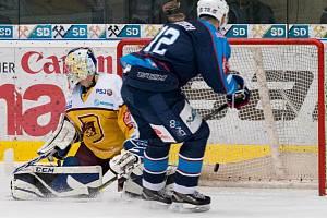 Piráti Chomutov (v modrém), pávě vstřelili Jihlavě branku. Druhou třetinu vyhráli 2:1.