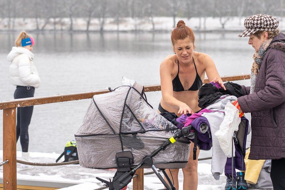 Zimní koupání na Kamencovém jezeře.