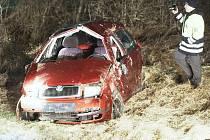 Policisté ohledávají havarované vozidlo