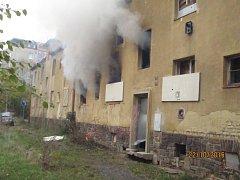 Hořící opuštěný dům v chomutovské Bělohorské ulici