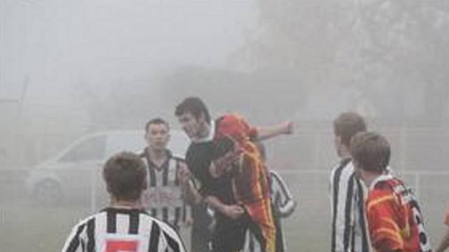 POSLEDNÍ PODZIMNÍ KOLO fotbalového okresního přeboru se hrálo za veliké mlhy. Snímek je z utkání Slavoj Droužkovice – Jiskra Kovářská, které skončilo 0:2...