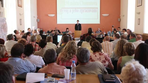 Pro přednášky město propůjčilo svoji zasedací místnost.