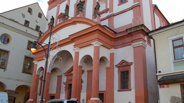 Raně barokní kostel sv. Ignáce je dominantou jižního cípu náměstí 1. máje v Chomutově. Teď je vícebarevný.