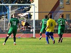 Na snímku je vedoucí gól Perštejna (zelení). Domácí gólman Petr Králík nedosáhl na přesně umístěný míč zahraný z trestného kopu Ondřejem Míčou.