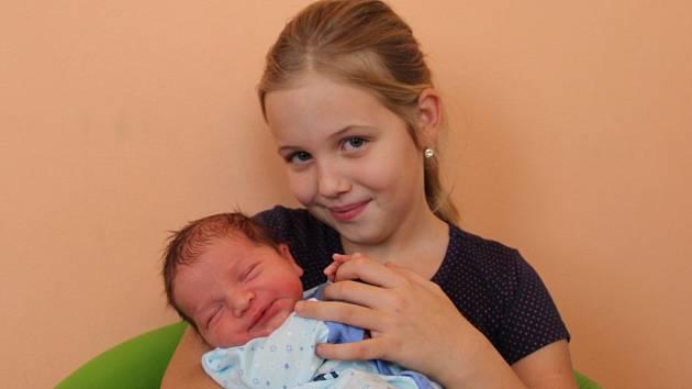 Šimon Hrošek se narodil mamince Petře Verčimákové a tatínkovi Karlovi Hroškovi z Kadaně 18.12.2018 ve 14:09 hodin. Měřil 51 cm a vážil 3,61 kg. Doma na něj čekají sourozenci Simona Kučerová, Karel Hrošek a Filip Hrošek.