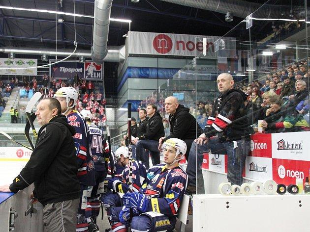 Střídačka Pirátů v posledním domácím utkání se Slavií Praha