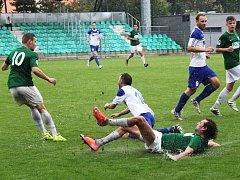 Milan Grubiša klouže na promočeném trávníku, vlevo Rostislav Šebek, vpravo Marek Chaloupka.