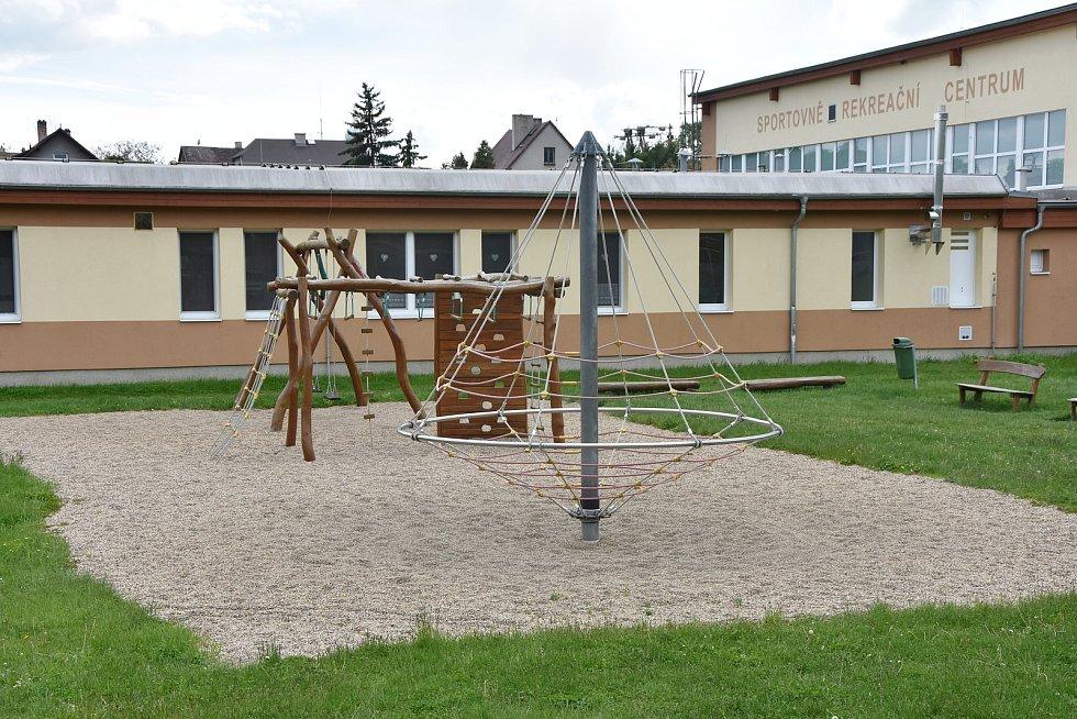 Děti se mohou vyřádit před sportovně rekreačním centrem, kde je i mateřské centrum.