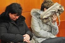 Bývalá ředitelka stacionáře Naděje 2000 Jaroslava Lochařová (vlevo) a hlavní sestra zařízení Šárka Hatašová se u soudu zpovídají z týrání svých klientů. Hrozí jim až osmileté vězení.