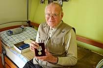 Frontový veterán, dnes obyvatel kadaňského Domova pro seniory, Josef Kaufman převzal památeční medaili Ruské federace.