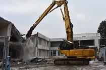 Demolice bývalé školy na Kamenném Vrchu v Chomutově