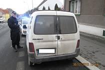 Strážníci muže zadrželi v jeho autě v Lipské ulici.