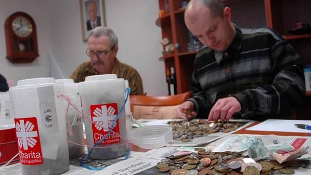 OBSAH kasiček přepočítávali i Jiří Bočan z Charity (vlevo) a Josef Filip z římskokatolické farnosti, z obrazu na to dohlížel prezident a ekonom Václav Klaus.