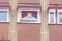 Tibetská vlajka v okně kanceláře náměstka primátora Mariana Bystroně.
