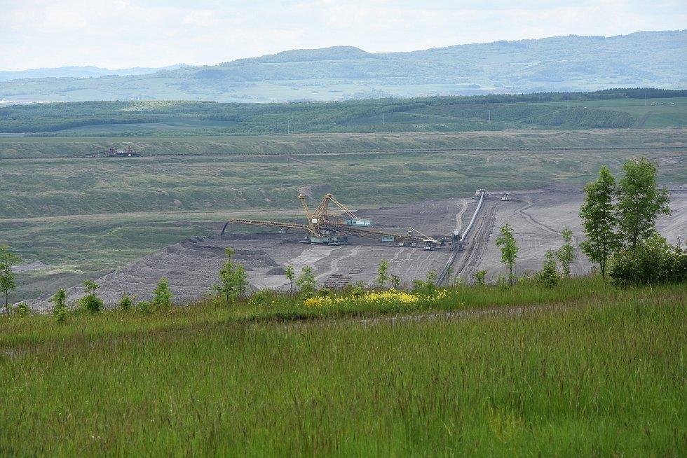 Z cyklostezky je dobře vidět do dolu i na elektrárnu.