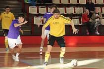 Futsalisté týmu Strada Chomutov (ve žlutém) porazili Sport Bar 6:2 a jsou na druhém místě 1. ligy.