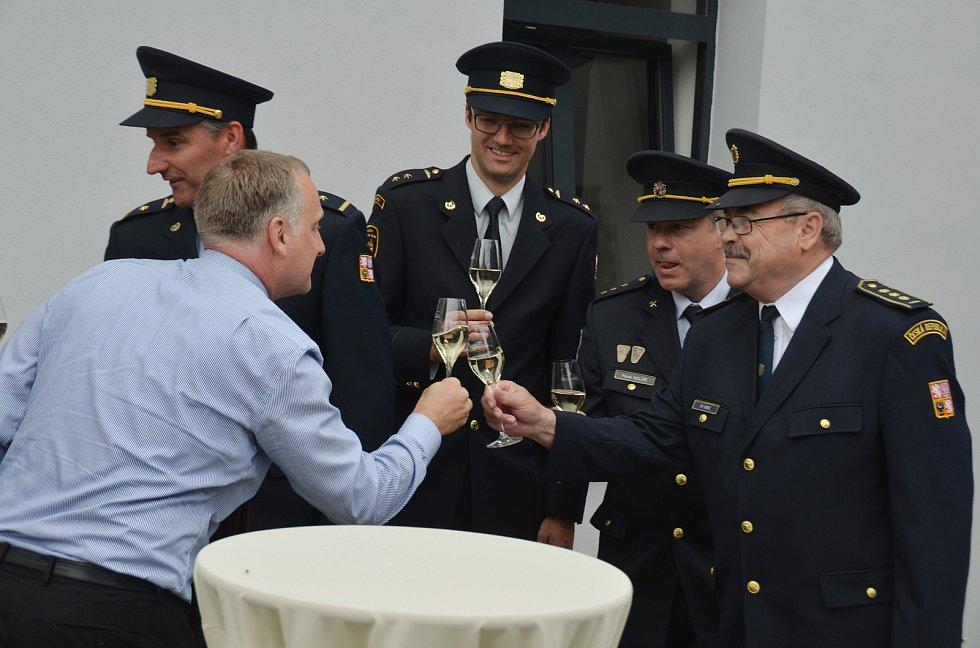 Projektový specialista Jan Buriánek si připíjí s jirkovskými hasiči, kteří jsou s městem silně spjatí.