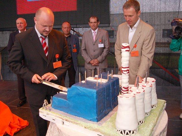 Zástupce hejtmana Ústeckého kraje Radek Vonka krájí první kousek dortu, který má podobu současné Elektrárny Tušimice II. Asistuje mu generální ředitel společnosti ČEZ Martin Roman.