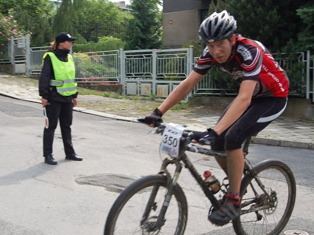 Jeden z bikerů během závodu v chomutovských ulicích.