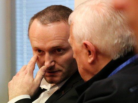 Petr B. (vlevo) u Krajského soudu v Ústí nad Labem. V úterý 17. dubna si vyslechl rozstudek, zatím nepravomocný