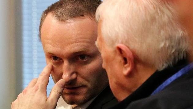 Petr B. (vlevo) u Krajského soudu v Ústí nad Labem