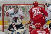 V utkání s týmem HC Oceláři Třinec byl opět Pirátům velkou oporou gólman Justin Peters (v bílém). Na snímku při jednom z úspěšných zákroků.