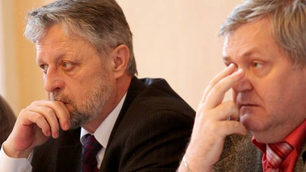 V areálu zámku Červený Hrádek se uskutečnila bezpečnostní konference za přítomnosti poslance a exministra vnitra Františka Bublana  (vlevo), šéfa chomutovské policie Jiřího Volprechta či poslance za KSČM Zdeňka Maršíčka (vpravo)
