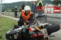 Nehodu zaplatil motorkář životem.