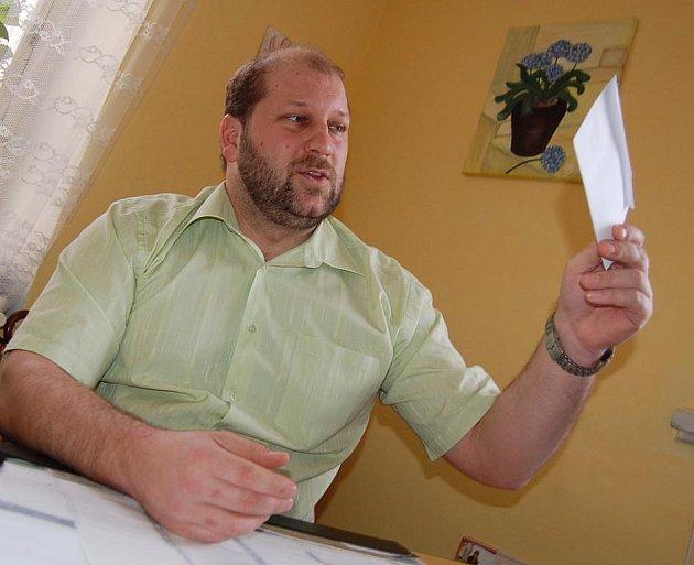 """OBÁLKA. """"Vyhrůžný text uvnitř obálky jsme s manželkou přečetli proti světlu,"""" popisuje předseda okresního výboru KSČM Jaroslav Komínek."""
