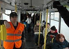 Stevardi zatím v trolejbusech zůstanou.