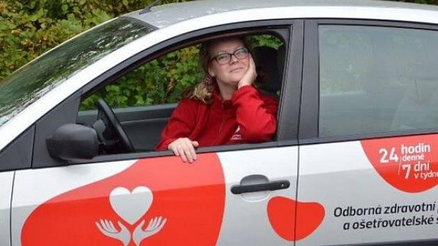NA CESTÁCH ZA PACIENTY. Takto můžete sympatickou sestřičku vidět při pojížďkách za klienty v Chomutově, Jirkově a přilehlých obcích.