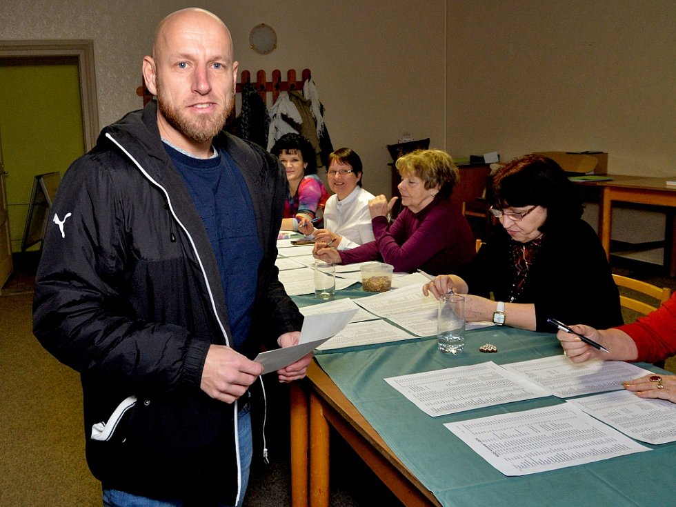 Ve Vysoké Peci odvolil i známý fotbalista Patrik Gedeon, bývalý hráč prvoligových Blšan, později Slavie, Dukly či Mostu. Bývalý reprezentant ve 42 letech stále ještě válí za Chomutov.