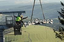 Se stavbou lanovky na Klínovci pomáhal v roce 2011 vrtulník.