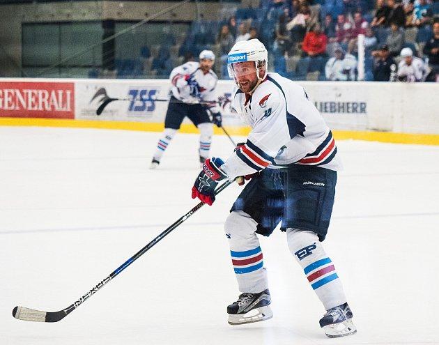 Zkušený útočník Ivan Huml si zvyká na zápasové tempo inovou výstroj.. Má za sebou první přípravný zápas stýmem KHL Avtomobilistem Jekatěrinburg.