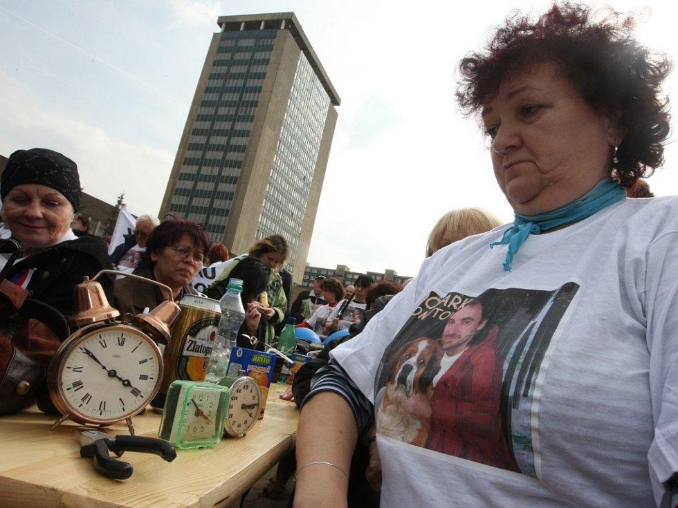 Na akci přišly stovky demonstrantů. Symbolicky nechali zvonit budíky na znamení, že chomutovské radnici odzvonilo.